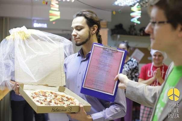 cérémonie de mariage avec pizza organisée dans pizzeria de Tomsk