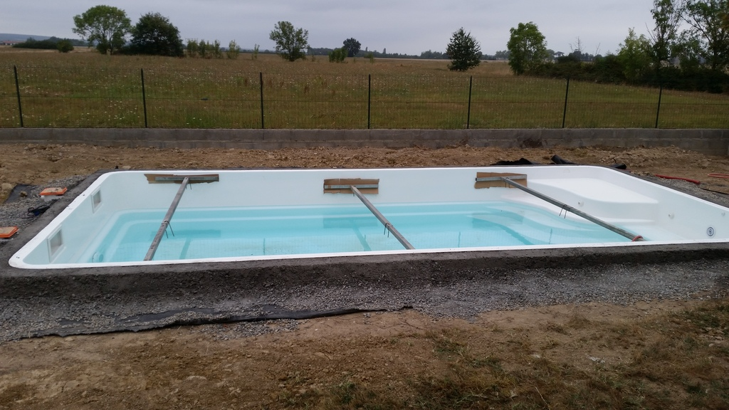 Construction d 39 une piscine coque en r gion toulousaine for Ceinture beton piscine