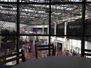 Vue sur l'entrée de Japan Expo au calme