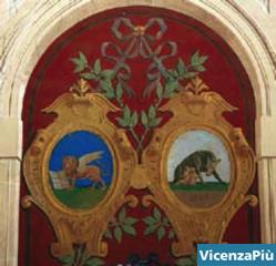 Lo stemma con la Lupa di Roma e il Leone di S. Marco