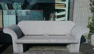 Una comoda poltrona d'altri tempi  eseguito in granito grigio in quattro pezzi incastrati senza fissaggio alcuno.