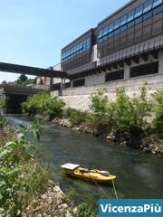 Il kayak di Davide Sandini sul Retrone sotto Borgo Berga