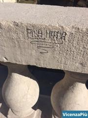 Ponte S. Michele deturpato da scritte