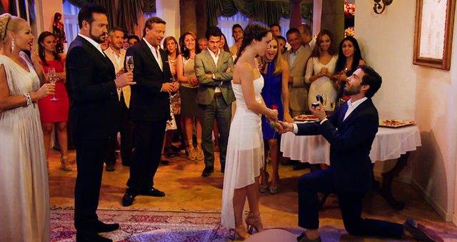 Personaje de Osvaldo Benavides le pide matrimonio al personaje de Camila Sodi