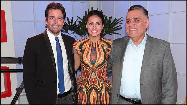Foto de Renata Notni y Mane de la Parra con el productor