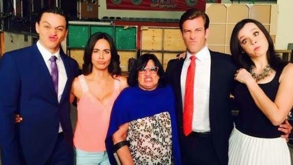 Parte del elenco y la productora Lucero Suarez posando haciendo caras divertidas
