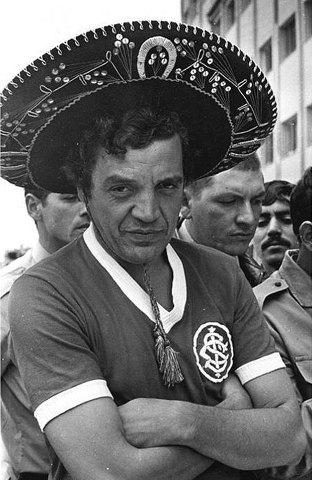 Paulo Sant'Ana de camisa do Sport Club Internacional durante gincana em 1973