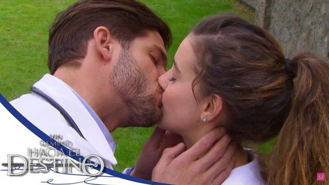 Beso Paulina Goto y Horacio Pancheri