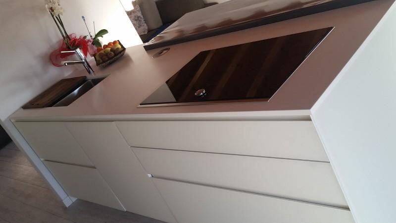Forum cucina vetro bianco top dekton schienale vetro - Piano cucina in dekton ...