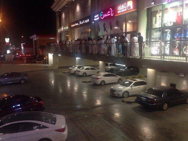 بالصور طوابير مزدحمة أمام مراكز بيع أجهزة  آي فون 6 في الرياض LXmzpL.jpg