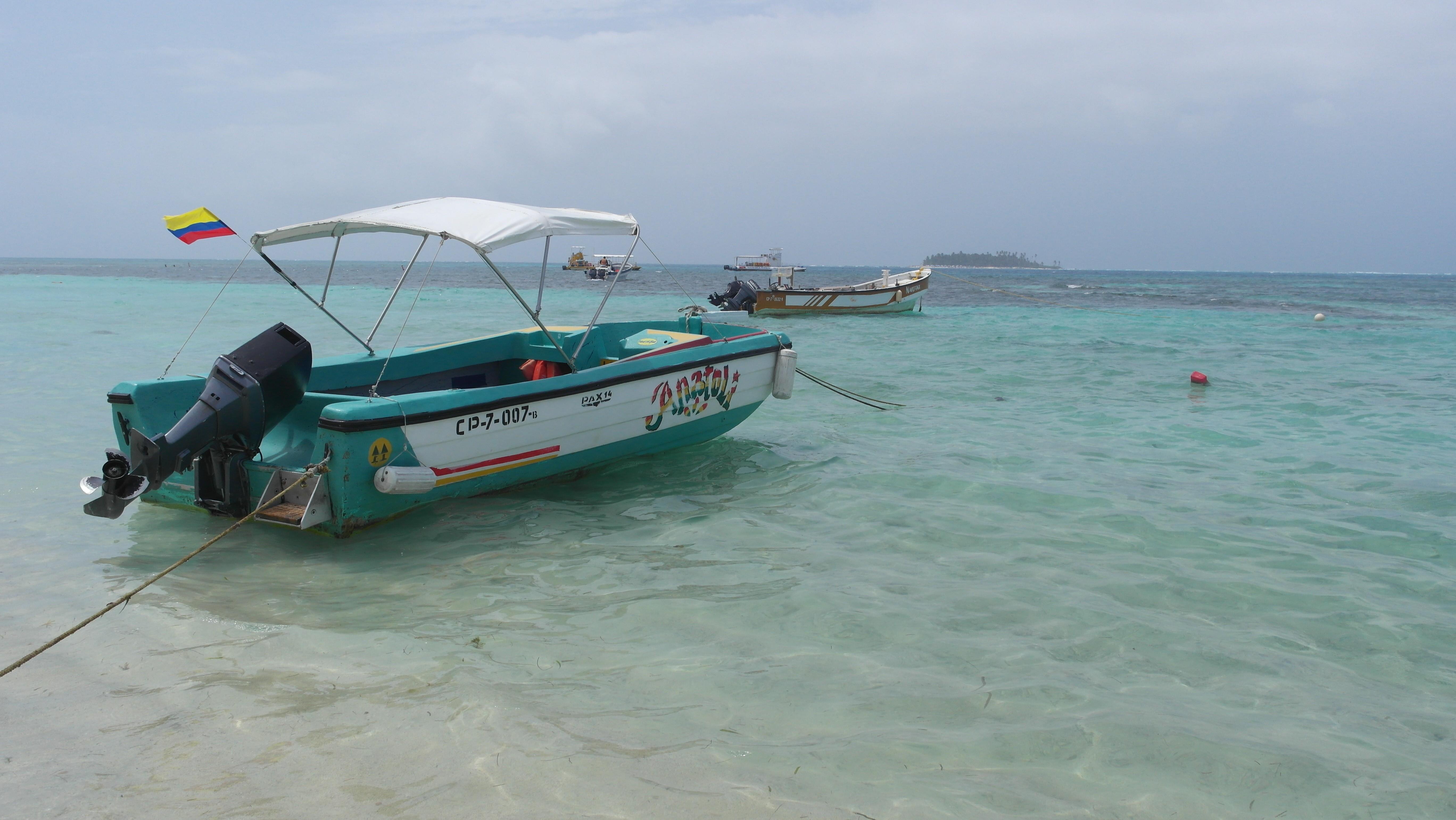 Bote en la isla de san andres, colombia