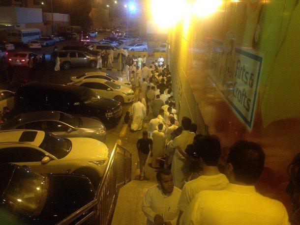 بالصور طوابير مزدحمة أمام مراكز بيع أجهزة  آي فون 6 في الرياض 4DaJF4.jpg