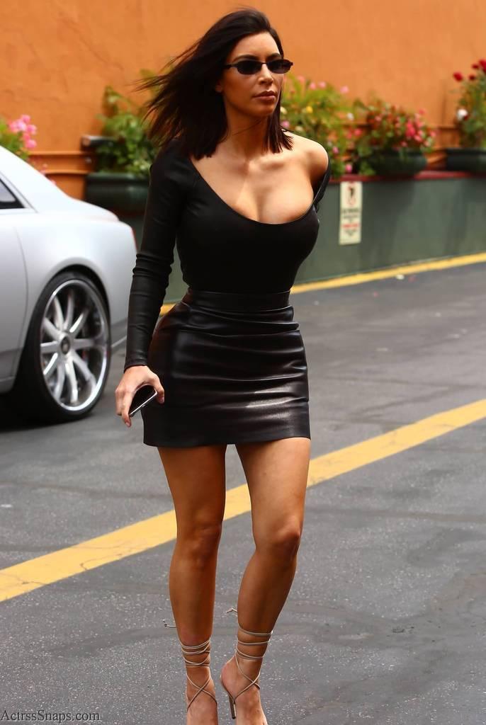 Sexy Kim Kardashian Pictures Arriving to Studio