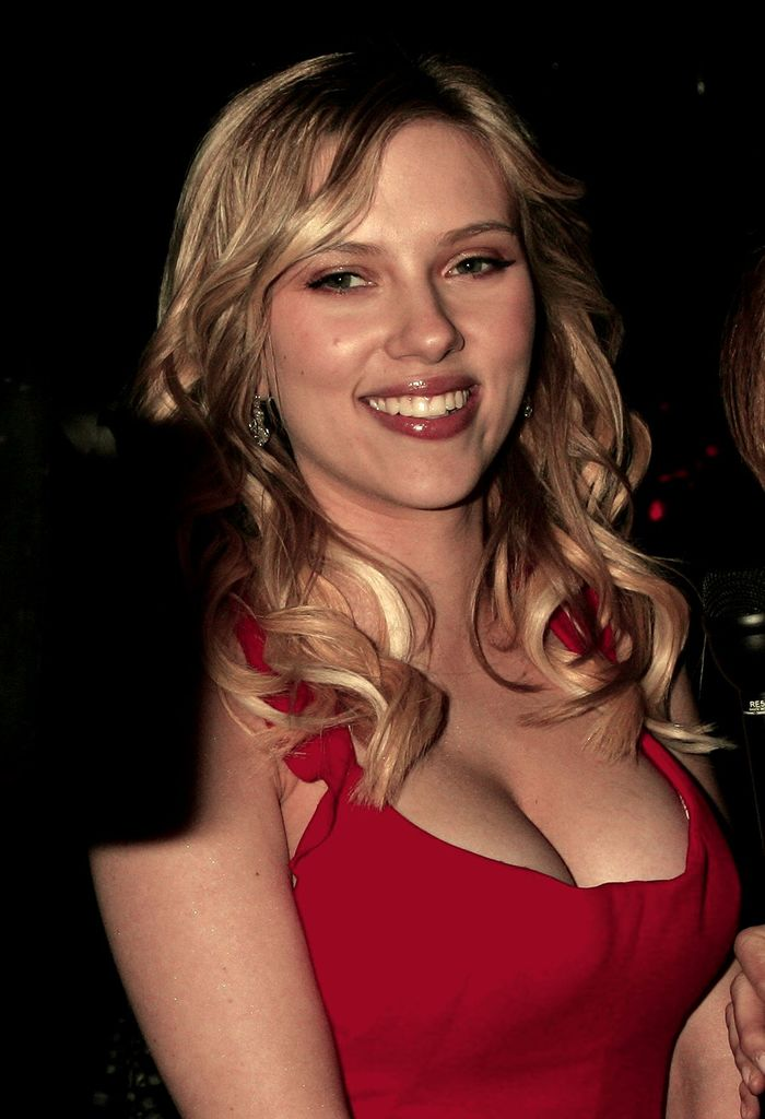 Scarlett Johansson Hot Cleavage Show at Golden Globes Award Party - Sexy Actress Pictures   Hot Actress Pictures