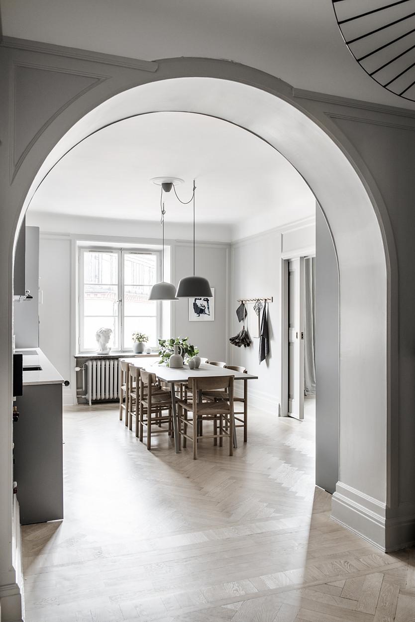 Ouverture en forme d'arche pour accéder à la cuisine