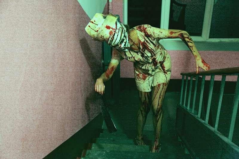 Personne effrayante dans des escaliers