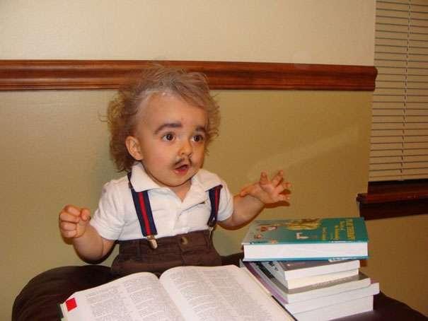 Enfant déguisé comme Albert Einstein