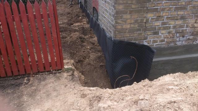 Izolacja pionowa fundamentów w starym domu