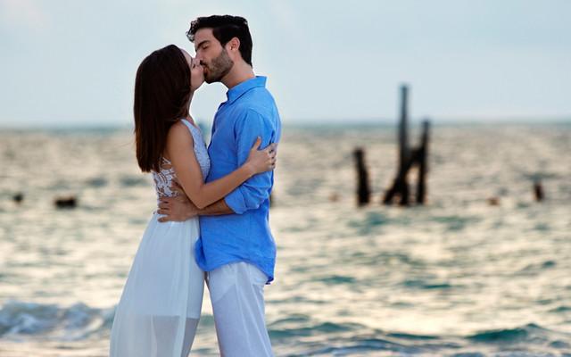 Camila Sodi y Osvaldo Benavides dándose un beso a la orilla del mar