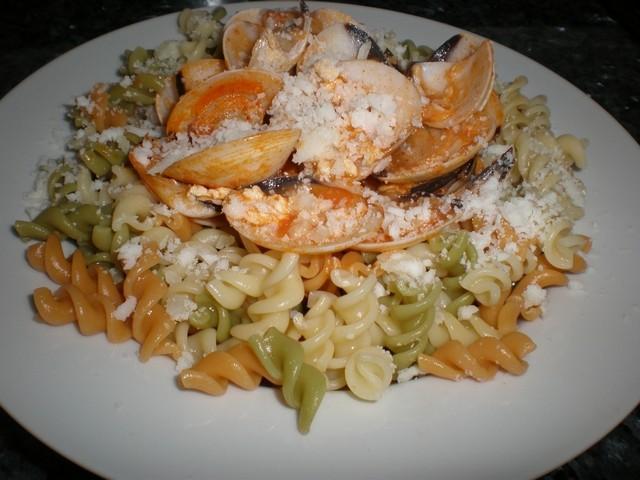 NDudnI - Espirales con almejas en salsa de yogur y tomate