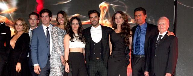 Foto con parte del elenco de la telenovela Pasión y poder en la presentación