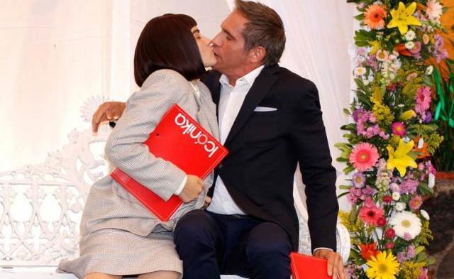 El beso entre Alicia Lichita Gutiérrez López y Roberto Duarte