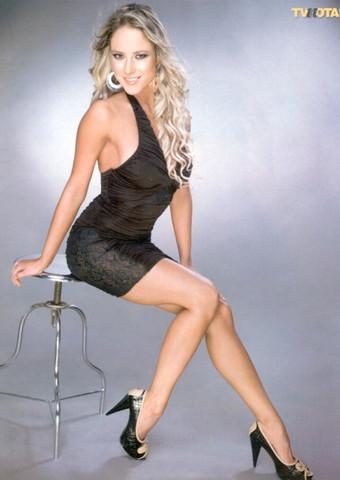 Foto de Vanessa Huppenkothen vestido negro sentada