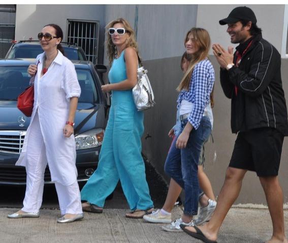 Foto Chayanne paseando con su esposa