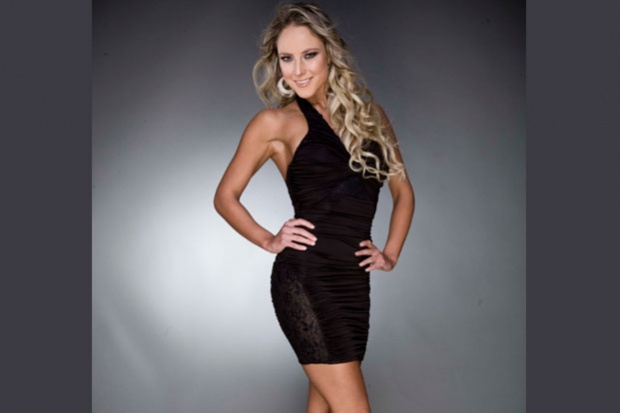 Foto de Vanessa Huppenkothen muy sexy con vestido negro