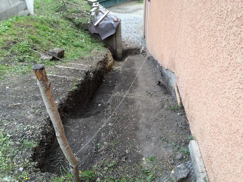 escalier b ton le long de ma maison couler les fouilles. Black Bedroom Furniture Sets. Home Design Ideas
